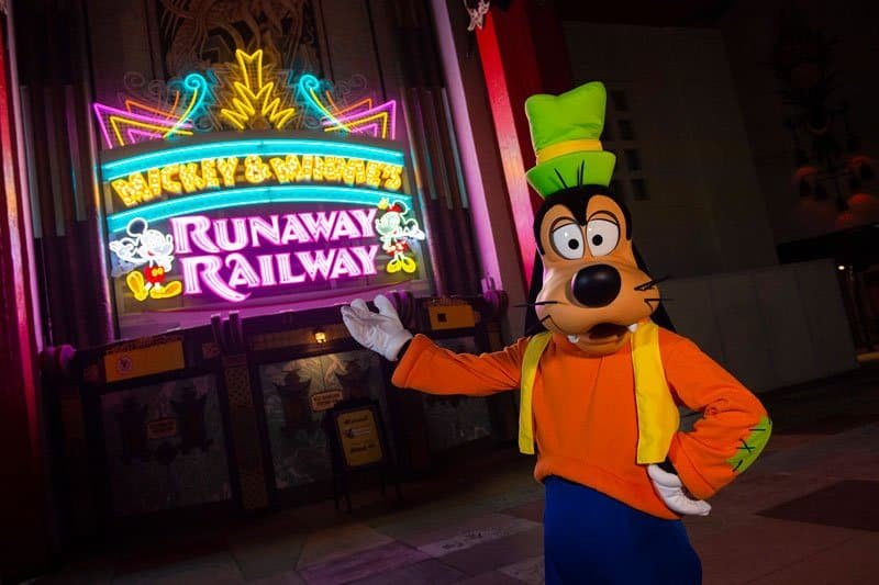 MMRR Marquee Goofy Mickey